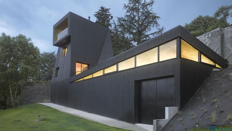 Дом-мастерская в виде черного перископа